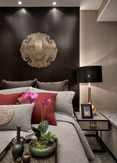 Equilibrio perfecto en este dormitorio de estilo oriental-moderno.