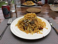 Steppengras. Onderop een lap schnitzel (gewoon uit het frietvet) champignons met roomsaus erover. Berg heel dun gesneden friet van aardappels. Ik maak daarvoor gebruik van een groente-multiesnijd-apparaatje (handbediend)