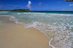 Anse Trabaud - Martinique. A la pointe sud-est de l'île sur la presqu'île de Sainte-Anne, une grande plage de sable fin avec de jolis trains de vagues.