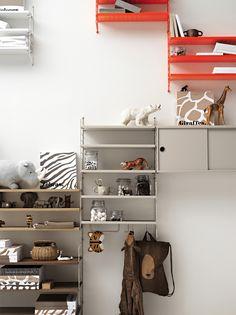 Combo Design is officieel dealer van String ✓Pocket wandplank makkelijk te bestellen ✓Gratis verzenden (NL) ✓ Makkelijk te bestellen Baby Room Shelves, Wall Shelves, String Regal, String System, Shelving Solutions, Kids Room Furniture, Shelf System, Plank, Cribs