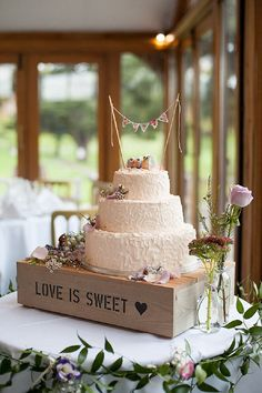 This Boho wedding cake is so cute.