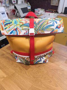 Sac à dos Troïka en simili jaune et coton tropical cousu par Véronique - Patron Sacôtin Diaper Bag, Suitcase, Bags, Yellow, Sewing, Handbags, Diaper Bags, Mothers Bag, Briefcase