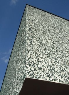 Die Fassade als entmaterialisierte Membran – so wollten es die Architekten der klassischen Moderne. Das lange geltende Ideal des feinstmöglichen Putzes nutzt sich jedoch ab: Das grobe Korn und ausgeprägte Strukturen sind im Kommen.
