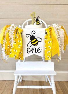 Happy Bee Day Baby First Birthday Themes, Fall First Birthday, 1st Birthday Girls, First Birthday Parties, Birthday Ideas, Birthday Photos, Cake Table Birthday, 1st Birthday Cake Smash, Bumble Bee Cake