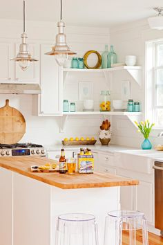 beach cottage style Bringing you a collection of cottage kitchens filled with light, style, and a few pops of color. Take a tour of these 10 charming kitchens. Kitchen Design, Kitchen Decor, Cottage Style, Eclectic Kitchen Design, Charming Kitchen, Kitchen Styling, Cottage Kitchen Design, Beachfront Decor, Coastal Kitchen