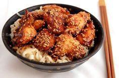 Une petite recette simple et facile pour les amoureux des repas asiatiques... Pour 4 personnes: 4 blancs de poulet 4 cuil. à soupe de sauce soja 2 cuil. à soupe de miel une pincée de gingembre Un filet d'huile de sésame des graines de sésame Des nouilles.
