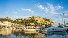 Puerto y Castillo de Cassis http://aristofennes.com/cassis-viaje-a-los-calanques-en-la-costa-azul-de-francia/