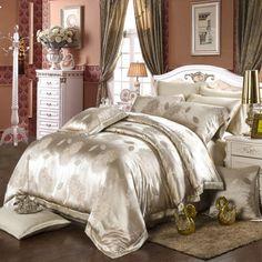 OOSilk ofrece sábanas de seda de la más alta calidad. Este juego de ropa de cama de seda Jacquard, color amarillo claro, está fabricado en lujosa seda de morera de 22 mm, siendo un conjunto suave, bello y realmente cómodo. ¡Envío gratuito!
