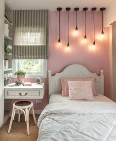 Olha que quarto lindo para uma jovem. É pequeno, porém tem todo o necessário para torná-lo confortável. Destaque para os pendentes acima da cama, um detalhe super charmoso!  Projeto: ForX Studio.