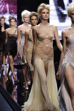 Versace at Milan Fashion Week Fall 2004 - Runway Photos 2020 Fashion Trends, Fashion 2020, Runway Fashion, Fashion Beauty, Fashion Show, Fashion Outfits, Fashion Design, High Fashion Models, Dubai Fashion