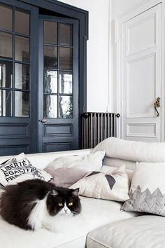 Esa elegancia descuidada tan parisina. O una de 110m2 de estilo Decoracion Vintage Chic, Bed Sets For Sale, Classic Living Room, Paris Apartments, Decorating Blogs, Pillow Shams, Cover Pillow, Custom Pillows, Colorful Interiors