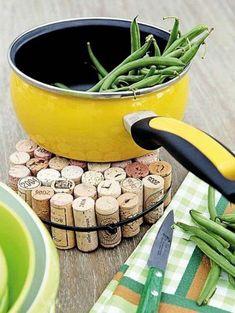 bricolage avec bouchon de liège, poêle jaune et haricots verts, accessoires de cuisine