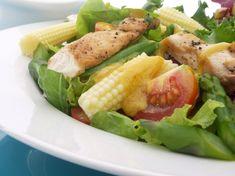Disfruta de una rica y saludable Ensalada de Mixturas de Lechuga y Pollo con Vinagreta de Curry para el almuerzo y acompáñala de un jugo de frutas tropicales... Mmmm deliciosooo
