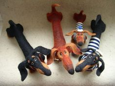 Needle felted dachshunds by Tanya Samotoshina (tansam) OMG ♥♥♥♥♥♥ dauchshund dauchshunds weenier weeniers weenie weenies hot dog hotdogs doxie doxies ♥♥♥♥♥♥ Needle Felted Animals, Felt Animals, Wet Felting, Needle Felting, Dachshund Art, Daschund, Felt Dogs, Weenie Dogs, Felt Art
