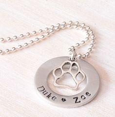 Estampillée Jewelry, bijoux personnalisés, chien collier de noms à la main, collier maman, chien patte charme, propriétaire de chien, cadeau pour propriétaire de chien, cadeau pour maman