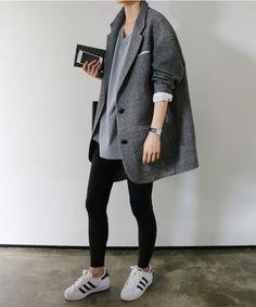 Abrigo gris + camiseta gris + pantalón negro + adidas