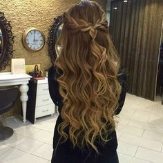 82 Graduation Hairstyles That You Can Rock This Year - Sina T. - 82 Graduation Hairstyles That You Can Rock This Year 82 Graduation Hairstyles That You Can Rock This Year Dance Hairstyles, 2015 Hairstyles, Pretty Hairstyles, Wedding Hairstyles, Evening Hairstyles, Messy Hairstyle, Curled Hairstyles For Prom, Homecoming Hairstyles Down, Hair For Homecoming