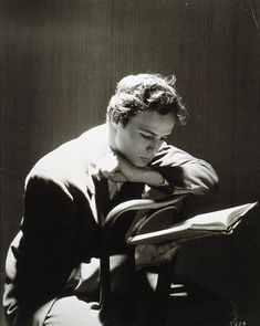 Cecil Beaton ritrae Marlon Brando nel 1947, all'Actors Studio, intento a ripassare la parte