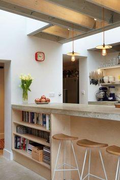 bar de cuisine avec chaises de cuisine et fleurs, etagere murale ikea