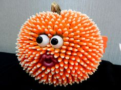 Grab a few bags of candy corn, a hot glue gun, googly eyes and voila! You have yourself a puffer fish pumpkin. Fishing for a cure Humour Halloween, Halloween Crafts, Halloween Decorations, Halloween 2017, Halloween Party, Outdoor Halloween, Fall Decorations, Halloween Stuff, Costume Halloween