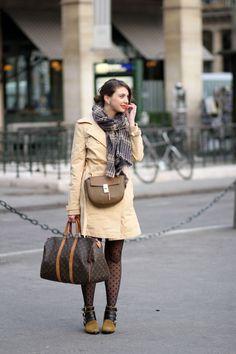 trench la redoute brigitte bardot, drew chloé bag, boots toga pulla, louis vuitton travel bag