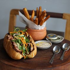 Bánh mì is known for its cheapness, wide variety and availability, but a chef in Saigon has just invented a whole new level of Bánh Mì. So what's inside it? Handmade French pate, a slice of pork chop slow-cooked for 6 hours, foie-gras, fresh herbs and - the playmaker - mayonnaise mix with ground truffle! To top it off, the Banh Mi is served with french fries and caviar dip! Beautiful Vietnam, Foie Gras, French Fries, Fresh Herbs, Pork Chops, Truffles, Slow Cooker, Mayonnaise, Caviar