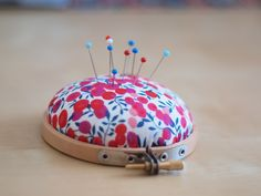 Fusettes - Workshops and sewing patterns in Metz: DIY: the pincushion Patchwork Cushion, Patchwork Patterns, Sewing Patterns, Blog Couture, Creation Couture, Sewing Tools, Sewing Crafts, Sewing Projects, Pink Pillow Covers