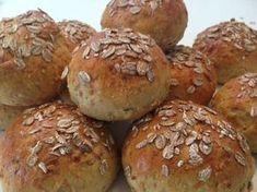Grove gulerodsboller med solsikkekerner - Lækre grove boller, som kan servers til morgenmad, eftermiddagsmad eller bruges i madpakken med lidt lækkert fyld.