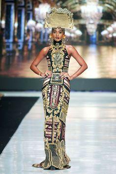 Priyo Oktaviano Fashion Details, Women's Fashion, Jakarta Fashion Week, Ethnic Design, Traditional Fabric, Formal Fashion, Kebaya, Hair Pieces, Ikat