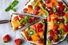 Tarte aux fruits sur crème mascarpone - La Recette Creme Mascarpone, Fruit Salad, Vegetable Pizza, Eat, Cooking, Food, Serin, Meringue, Conversation