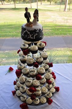Red, black and white wedding cupcakes by Cupcake Passion (Kate Jewell), via Flickr