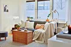 Blanco, naranja y gris para un piso nórdico en invierno : via MIBLOG