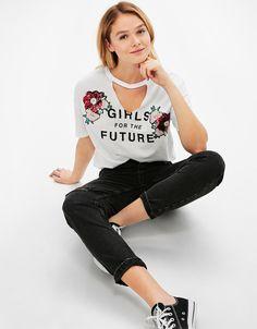 T-shirt decote gargantilha flores de lantejoulas. Descubra esta e muitas outras roupas na Bershka com novos artigos cada semana