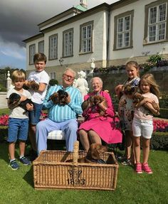 Le couple royal danois et des petits enfants présente la nouvelle portée de chiots