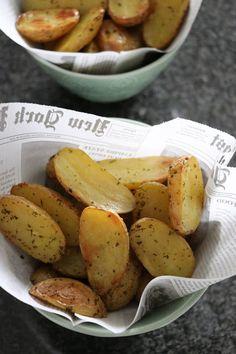 Une recette rapide et savoureuse pour accompagner vos viandes grillées. Les pommes de terre grenaille sont caractérisées par un petit c... Sweet Potato, Food Porn, Food And Drink, Potatoes, Vegetables, Desserts, Chevrons, Plaque, Baking Center