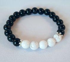 Bracelet élastique, Howlite, onyx et bille de métal. Noir. Blanc. Mala, Yoga. Bracelet boho. meditation de la boutique CreationL sur Etsy