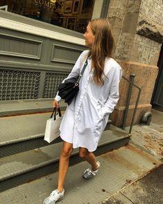 Help ! Je cherche une robe chemise blanche comme celle que porte cette jolie demoiselle... une idée de marque ? Les vêtements les plus…
