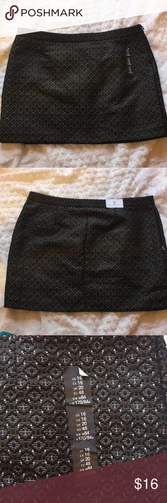 Black and Gold Skirt Super sure gold and black skirt from black! Super cute and stylish and is a great addition to wardrobe! New with its tags! GAP Skirts