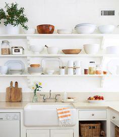 Si tienes una cocina con el menaje a la vista mantenlo siempre ordenado. Transmitirá armonía ¡y funcionará perfecto!  #Decoración #Cocinas #DECOnsejos #100to14 #Interiores #Hogar #Espacios #Interiorismo #Inspiración.