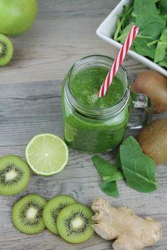 Batido detox de espinacas, kiwi, manzana y jengibre sin leche. Smoothie…