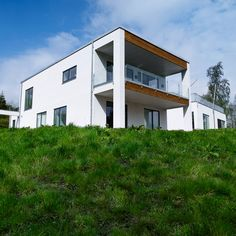 Som arkitekt og byggefirma lægger vi stor vægt på at bygge unikke huse, så hos os finder du aldrig to huse, der er ens. Ønsker du noget anderledes, og som ingen andre har, er du derfor velkommen til at kontakte vores byggefirma.    #individuel #drømmebolig #drøm #nybyggeri #arkitekt #arkitekttegnet #funkis Vejle, Odense, Home Fashion, Mansions, House Styles, Home Decor, Mansion Houses, Manor Houses, Fancy Houses