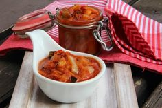 CUKETOVÁ OMÁČKA DO ZÁSOBY      Na přípravu budete potřebovat:   1kg cukety bez semen  1kg paprik ( červené, bílé ... )  700g cibule  700g mrkve  500g rajčat  1 velký ke...