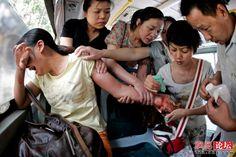 La raza humana en 24 fotos desgarradoras. Pasajeros de un autobús tratan de salvar a una mujer que intentó suicidarse cortándose las venas con un cuchillo