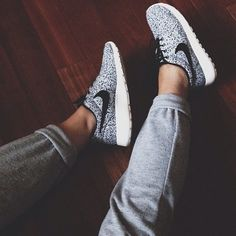 Gym outfit trainers nike run roshe run speckle Nike Free Shoes, Nike Shoes Outlet, Running Shoes Nike, Running Sneakers, Running Trainers, Mens Running, Adidas Cap, Cute Shoes, Me Too Shoes