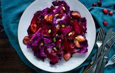 Rødkålssatat med rødbede, bagte blommer og råsyltede tranebær