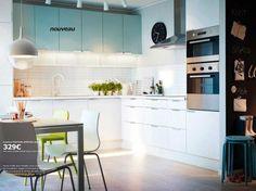 Modèle de cuisine Ikea Faktum Applad blanc et Applad turquoise clair : une cuisine immaculée et tendance - Cuisine Ikea : le meilleur de la collection 2013 - CôtéMaison.fr
