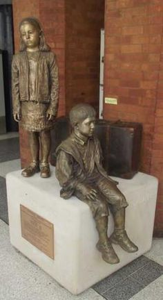 Kindertransport bronze statue in Liverpool Street Station, London. A great reflection on the saving of 10 000 German Jewish children right before WWII. Greek Statues, Buddha Statues, Bronze, Liverpool Street, Holocaust Memorial, Faith In Humanity, Public Art, Oeuvre D'art, Sculpture Art