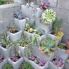 Naast bloempotten kan je ook betonblokken gebruiken. Ja, je leest het goed: betonblokken. Dit bouwmateriaal is namelijk perfect omwat groen in te planten.