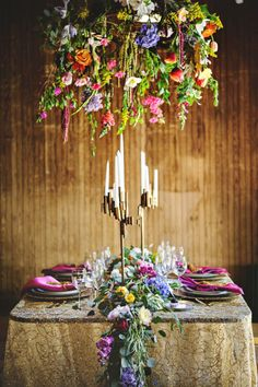 Gustav Klimt wedding inspiration, boho table setting and floral arrangements Design Floral, Deco Floral, Gustav Klimt, Wedding Designs, Wedding Styles, Flower Chandelier, Wedding Decorations, Table Decorations, Decor Wedding
