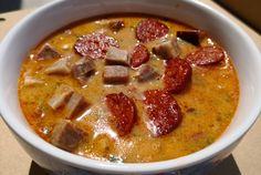 Ez egy kihagyhatatlan történelmi leves recept. Sok százezren megkóstolták imádják, most elárulom hogyan készül ! A bableves Jókai Mór kedvenc levese több nemzedék konyhájában finomodott odáig, ahogyan nagyon kedves nagynénim, Juci nénim főzte. A nagy szemű babból tarkabab lett a malacköröm füstölt… Hungarian Recipes, Dried Beans, Bean Soup, Raw Vegan, Cheeseburger Chowder, Pesto, Sushi, Stuffed Mushrooms, Curry